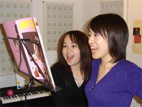 歌はがむしゃらに練習をしてもなかなか上達が<br /> 感じられないもの。レッスンで「コツ」を掴もう!