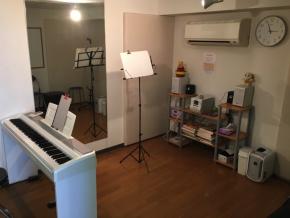 レッスン室は二部屋あります。<br /> 音源はカセット・CD・スマホOKです!